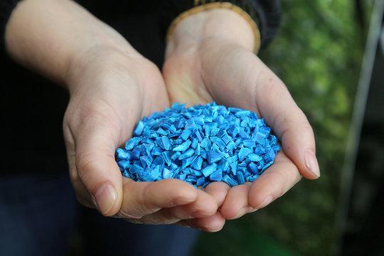Kunststoffpellets oder Granulat aus recyceltem Material.