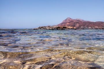 Lagune Sicht auf Berg im mediterranen Stil durchsichtiges Wasser im Sommer warm