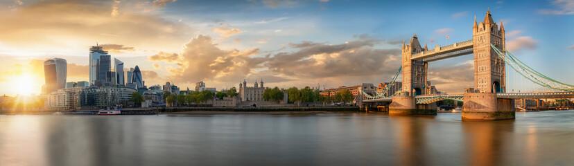 Die Skyline von London bei Sonnenuntergang: von der Tower Bridge bis zum Finanzbezirk City
