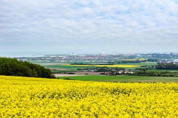 Papiers peints Jaune magnifique paysage avec le port de Calais à l'horizon