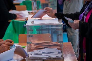 Urnas para votar en las elecciones democráticas
