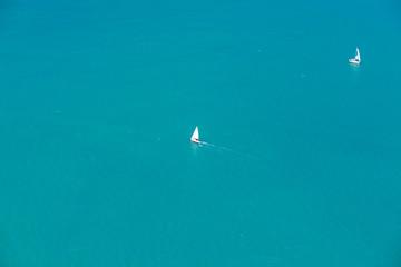 Luftaufnahme Segelboot beim Helikopter-Rundflug über Whitsunday Island in Australien