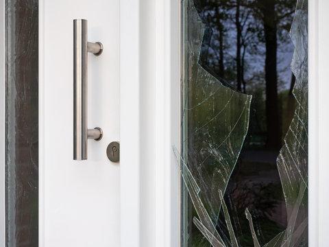 Einbruchversuch - Haustür - Beschädigungen - Glasscheiben
