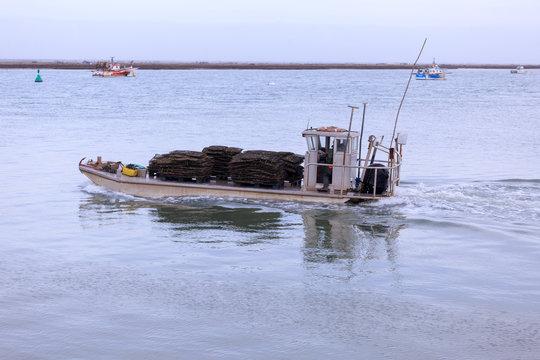 chaland de retour de mer avec huitre et moule sur le pont