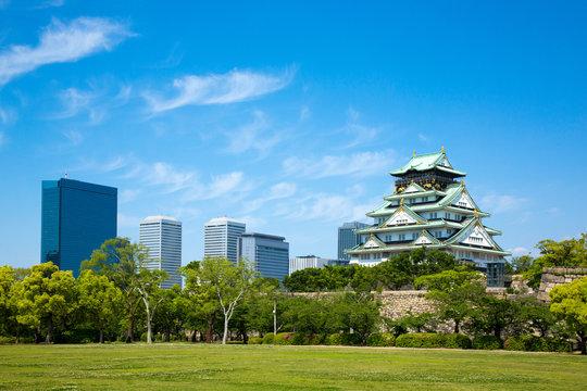 2019年5月:新緑の大阪城とビル群