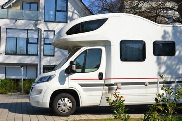 Reisefertiges Wohnmobil in einer Siedlung