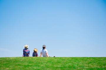 草原で座るファミリー