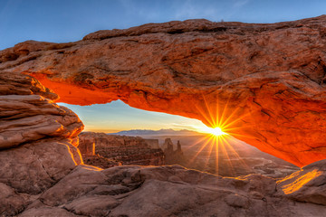 Fotorolgordijn Diepbruine March Sunrise Through Mesa Arch