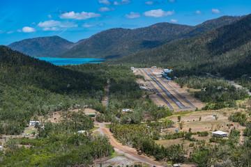 Luftaufnahme beim Landeanflug eines Helikopter-Rundflug über Whitsunday Island in Australien