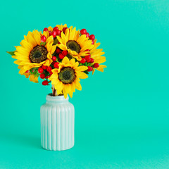 Fototapete - Bouquet of sunflowers and hypericum berries in mint ceramic vase