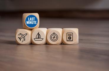 Würfel mit Urlaubsicons und Last Minute