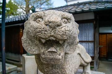 驚いた顔の獅子の石像