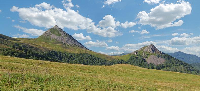 Vue panoramique sur le puy Griou qui fait partie des monts du Cantal.  Auvergne, France