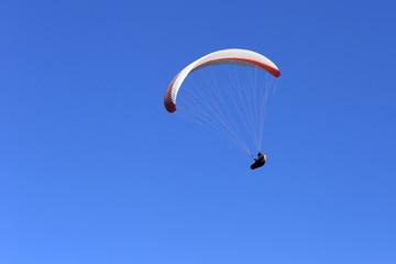 Glietschirm am blauen Himmel