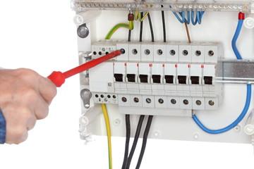 Elektromonteur schliesst Kabel an