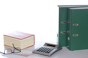 Büroarbeitsplatz mit Gesetzbuch und Unterlagen