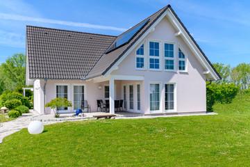 Einfamilienhaus im Sommer
