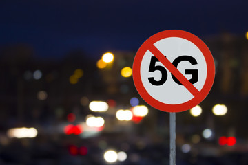 the Sign no 5G and the night road with cars