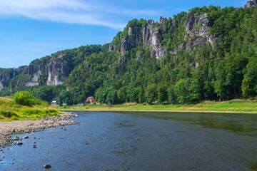 Die Elbe und das Basteigebirge in der sächsischen Schweiz