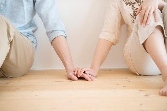 手をつなぐカップルの手元