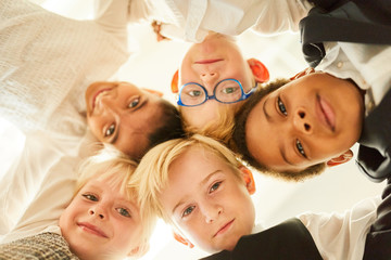 Multikulturelle Gruppe Kinder als Freunde im Kreis