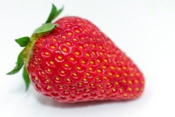 leckere Erdbeere in Nahaufnahme auf weiß isoliert