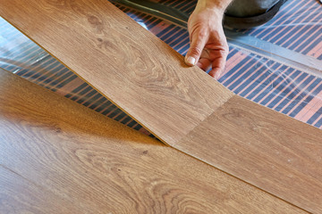 Laying laminate covering on heat-insulated floor