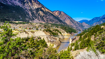 Railway bridge over the Fraser River along Highway 99, as the river flows though a canyon to the town of Lillooet in the Chilcotin region on British Columbia, Canada Fototapete