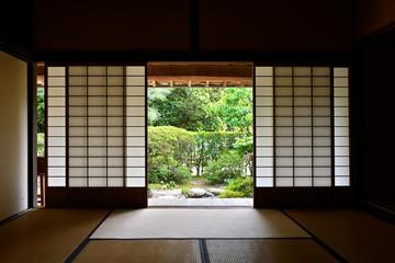 武家屋敷の居間から眺める中庭