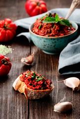 pesto mit tomaten knoblauch salz