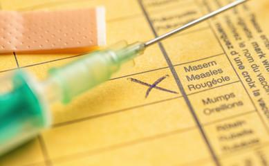 Impfausweis mit Spritze - Masern