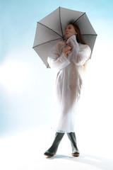 Frau nackt unter Regenjacke