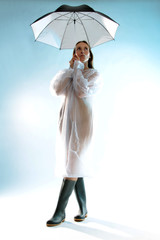 Frau frierend im Regen