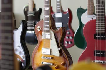 たくさん並んだエレキギター