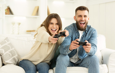 In de dag Ontspanning Crazy Couple Enjoying Playing Videogame On Playstation