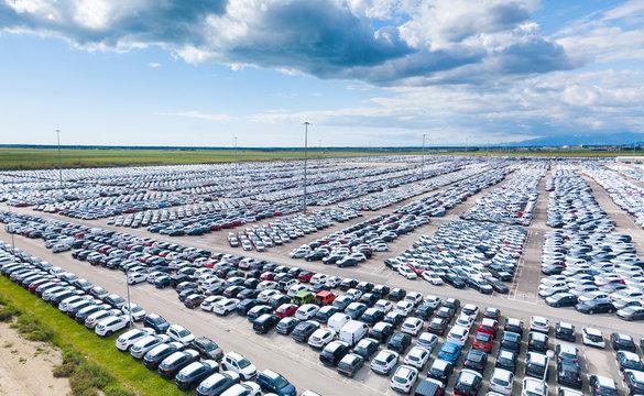 Parcheggio auto a noleggio fuori dall'aeroporto internazionale. Vista aerea. Panoramica. Banner.