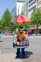 Verkäufer mit seinem mobilen Bratwurststand