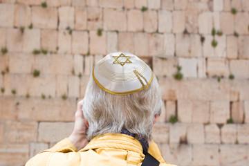 Gläubiger mit Kippa vor einer Klagemauer