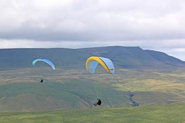 Fototapete - Paragliders in the Brecon Beacons, Wales