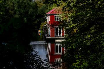 schönes Haus mit Spiegelung am Kanal