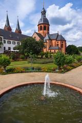 Die Einharsbasilika in Seligenstadt und ein Brunnen