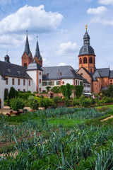Die Einhardsbasilika und der Klostergarten in Seligenstadt