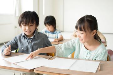 勉強を教え合う小学生