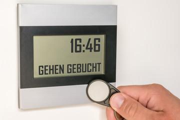 Digitale Stempeluhr mit Chip beim Ausstempeln eines Mitarbeiters