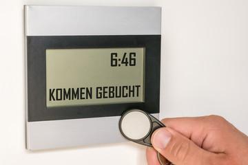 Moderne Stechuhr mit Zeiterfassung durch einen Chip