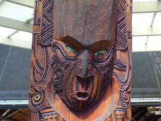 Fototapeta Tradycyjny drewniany posąg maoryski obraz