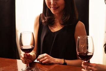 バーでワインを飲む女性