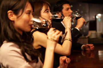 バーでワインを飲む職場の同僚
