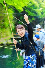 魚釣りを楽しむ女性