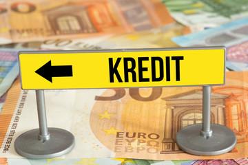 Euro Geldscheine und Tafel mit dem Aufdruck Kredit